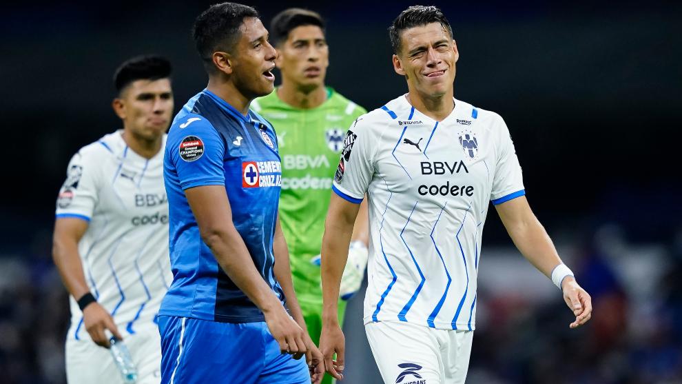 Héctor Moreno habla al finalizar el partido ante Cruz Azul.