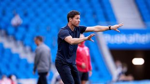 Xabi Alonso da instrucciones a sus jugadores, durante un partido en...