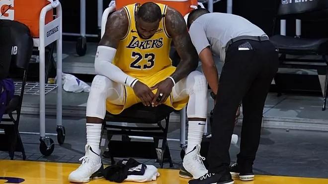 LeBron James, pensativo en el banquillo durante un partido de los Lakers.