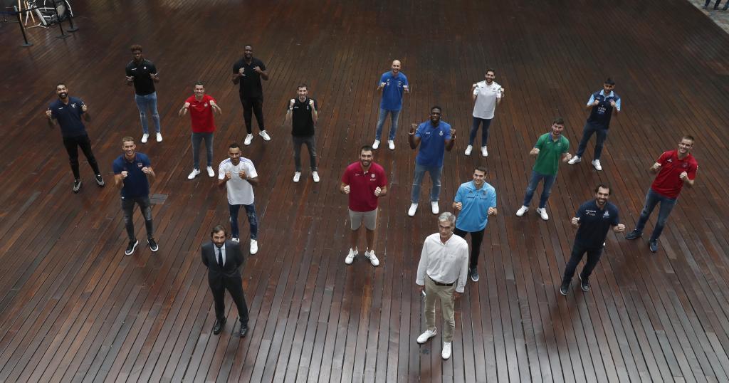Jugadores de los equipos de la Liga Endesa posan junto a Antonio Martín, presidente de la ACB, durante la gala de presentación de la temporada.