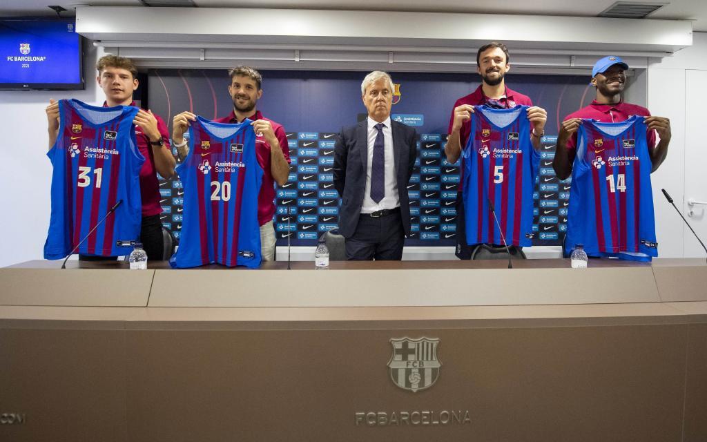 Jokubaitis, Laprovittola, Sanli y Hayes, los refuerzos del Barça, junto al directivo Cubells.