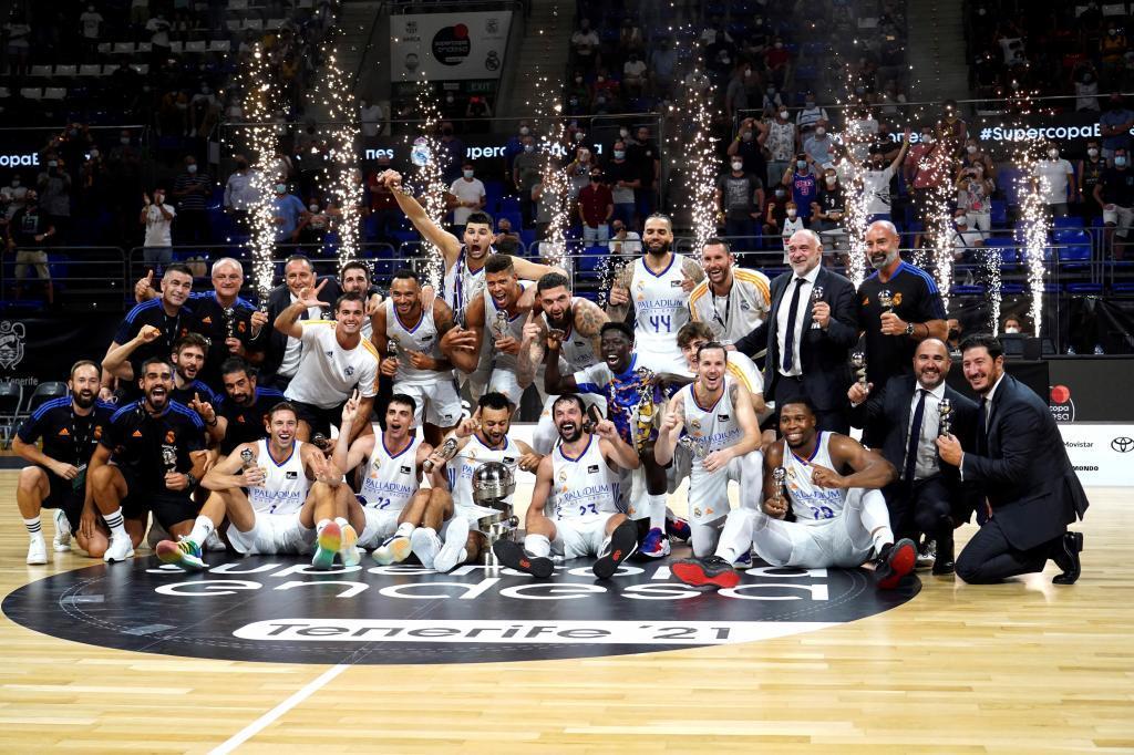 La plantilla del Madrid, celebrando el título de la Supercopa que conquistaron hace una semana en Tenerife.