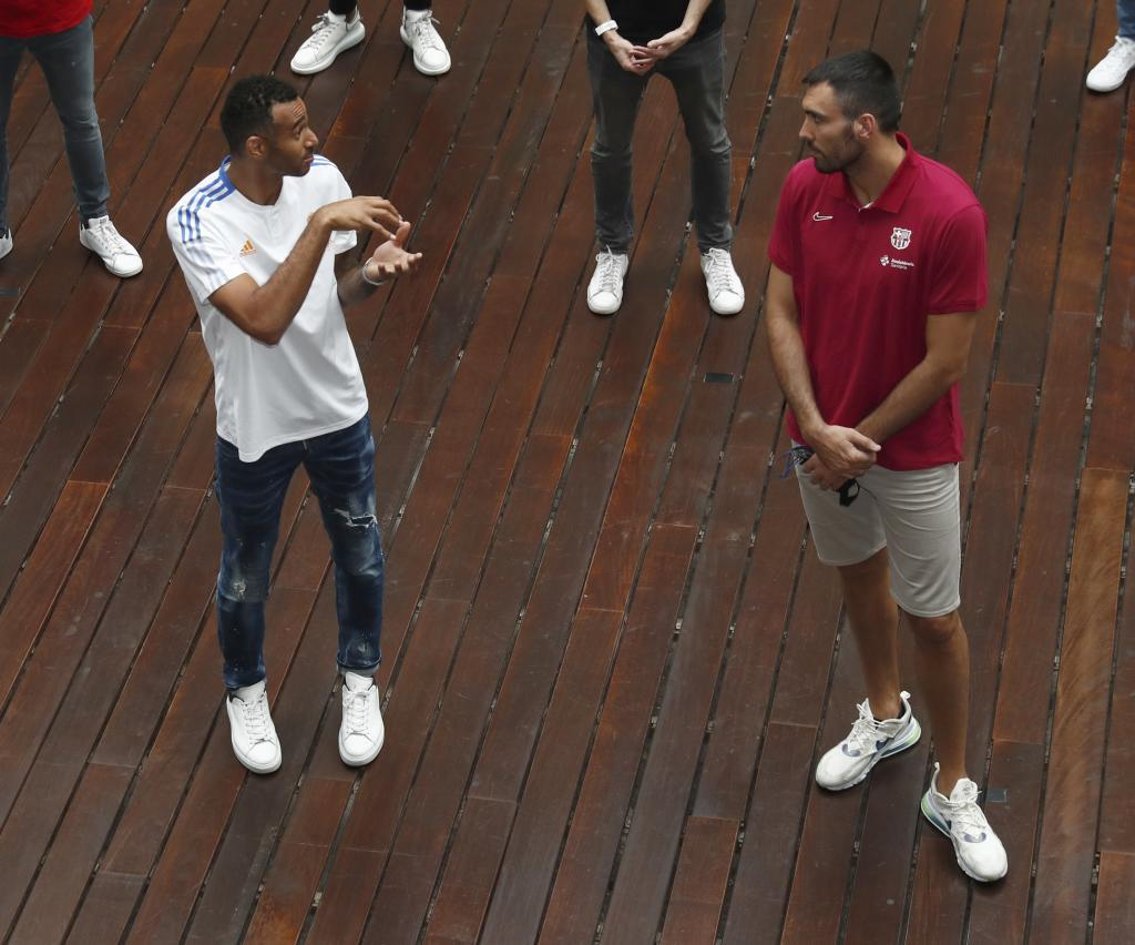 Hanga, ahora en el Madrid, charla con su excompañero Oriola en la presentación de la temporada ACB.