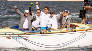 """La tripulación del """"Bribon 500"""" celebrando la victoria"""