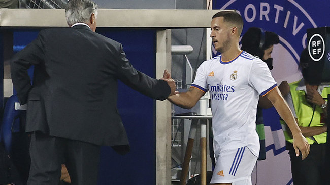 Eden Hazard saluda a Ancelotti tras ser cambiado en el Alavés-Real...