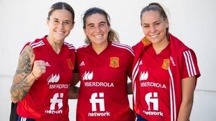 Mapi León, Mariona Caldentey e Irene Guerrero posan tras un...