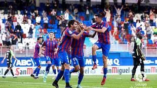 Blanco Leschuk celebra con sus compañeros el gol del triunfo en...
