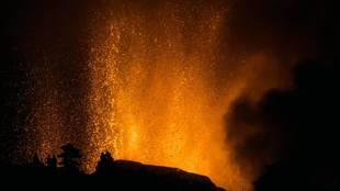 """La lengua de lava avanza a 700 metros por hora: """"Se come literalmente las viviendas"""""""