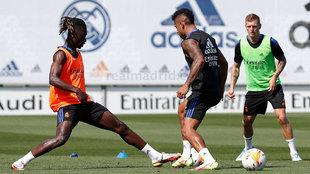 Toni Kroos, con Camavinga y Mariano en el entrenamiento