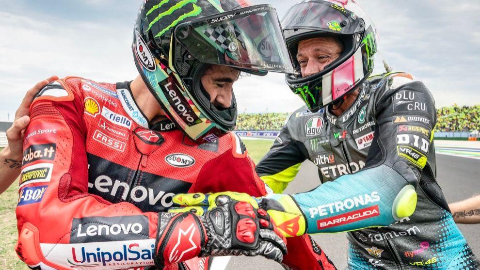 Bagnaia, felicitado por Rossi en Misano.