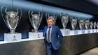 Carlo Ancelotti, en el día de su presentación, posa con las Copas de...