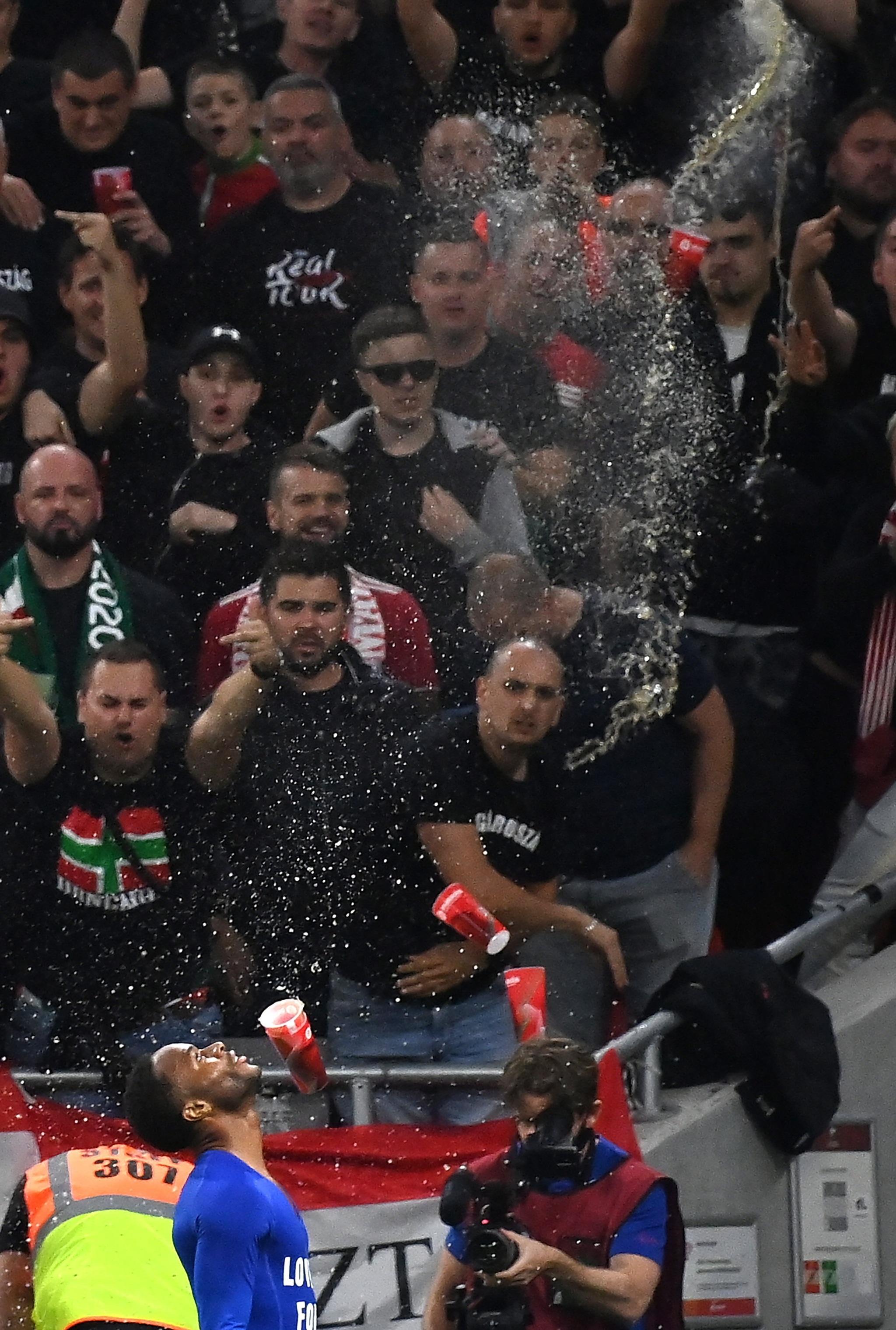 Raheem Sterling celebra un gol ante los hinchas húngaros.