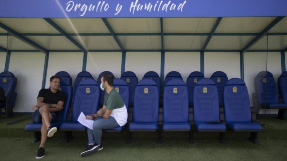 Pedro León, on the bench of Fernando Torres with the journalist