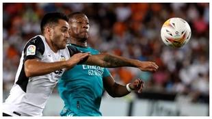Alaba pugna con Maxi Gómez durante el Valencia-Madrid del domingo en...
