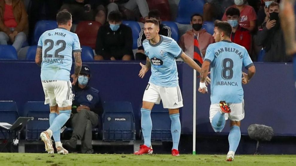 Aspas celebra con Mina y Fran Beltrán el 0-1 ante el Levante.