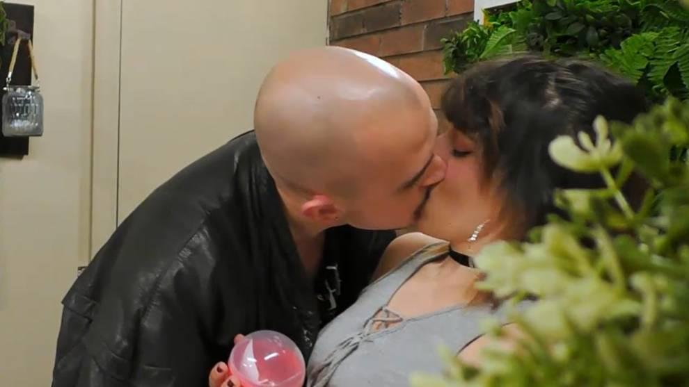 Víctor besa a Lucía en 'First Dates' /