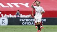El sevillista Papu Gómez celebra su gol ante el Valencia.