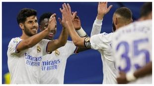 Asensio, junto a Vinicius y Benzema, celebra uno de los dos goles...