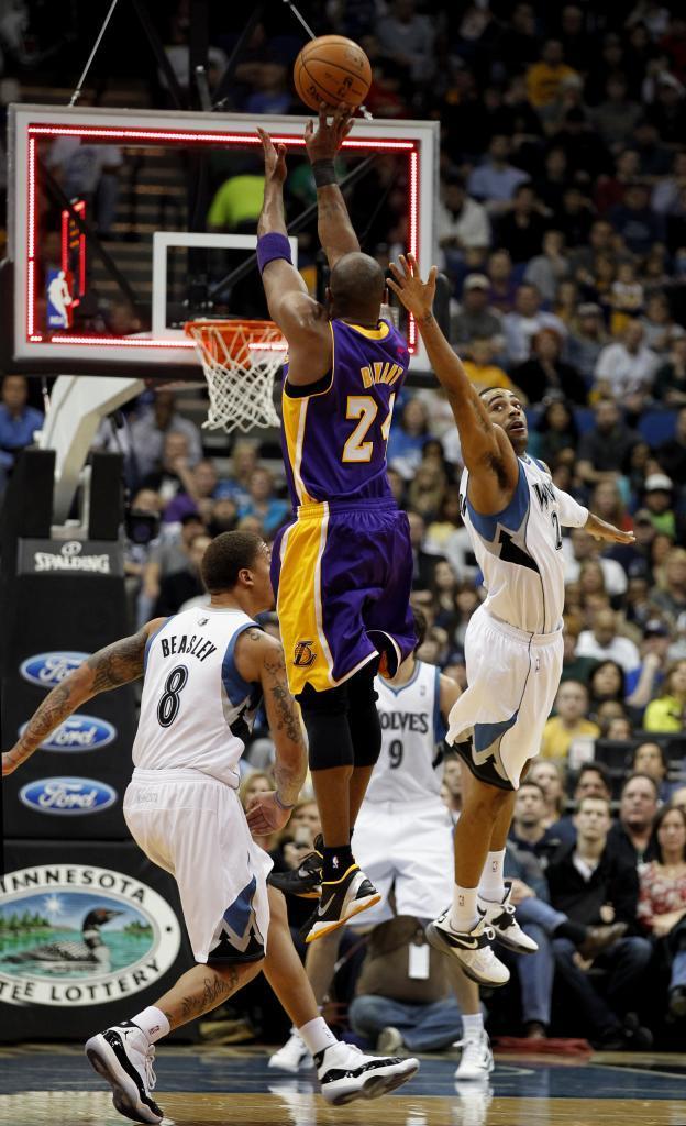 Kobe Bryant lanza sobre la bocina en un partido ante los Wolves en 2012.