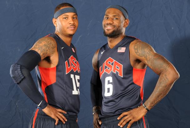 LeBron James y Carmelo Anthony posan en una sesión de fotos con la selección de Estados Unidos.