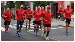 Martín Fiz y los corredores que completaron hoy la cuarta etapa del...