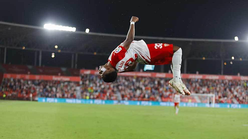 Ramazani celebra con esta pirueta el gol de penalti que abrió el...