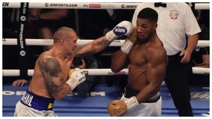 Usyk golpea con su izquierda a Joshua.
