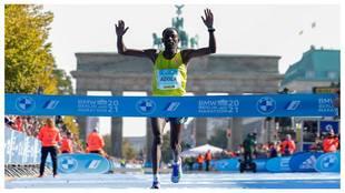 Guye Adola cruza la línea de meta en el Maratón de Berlín 2021.