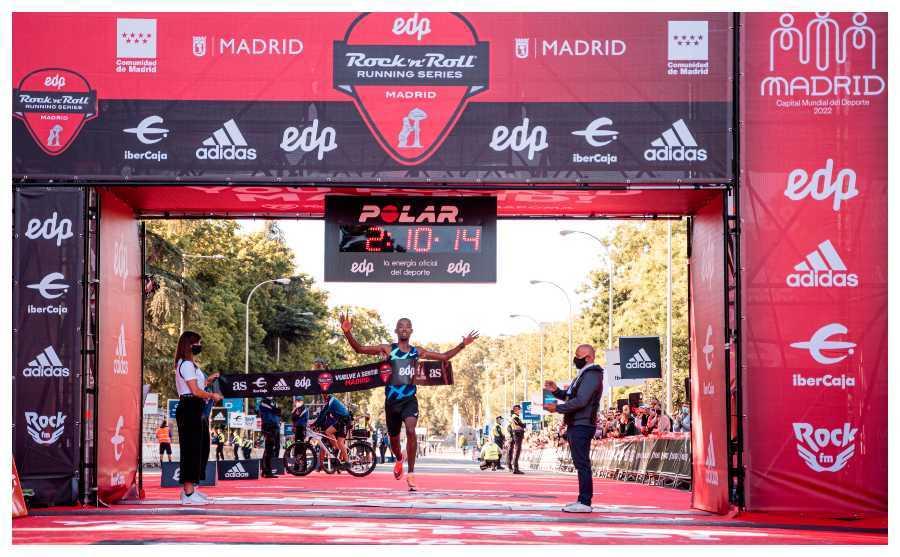 El atleta etíope Abdela Godana cruza la línea de meta para ganar el EDP Rock 'n' Roll Running Series Madrid.