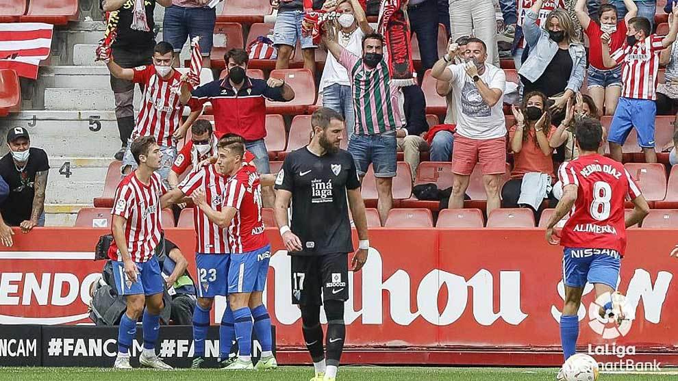 Los jugadores del Sporting celebran con Djurdjevic el gol del empate...