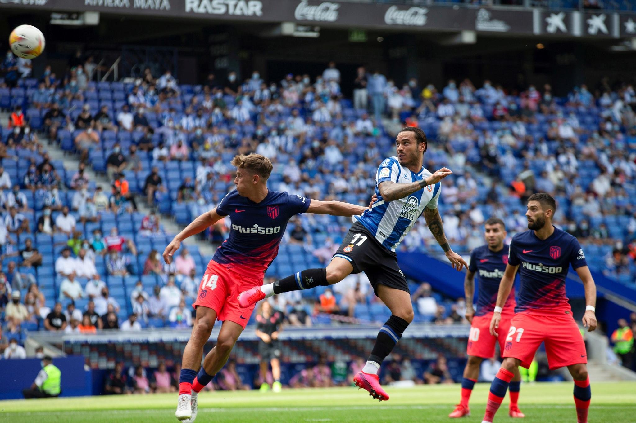 GRAF8811. CORNELLË DE LLOBREGAT, 12/09/2021.- El delantero del RCD Espanyol Raúl lt;HIT gt;Tomás lt;/HIT gt; (c) lt;HIT gt;marca lt;/HIT gt; el primer gol durante el partido de la cuarta jornada de la Liga de Primera División disputado entre el Espanyol y el lt;HIT gt;Atlético lt;/HIT gt; de Madrid, este domingo en el RCD Stadium de Cornellá. EFE/ Enric Fontcuberta