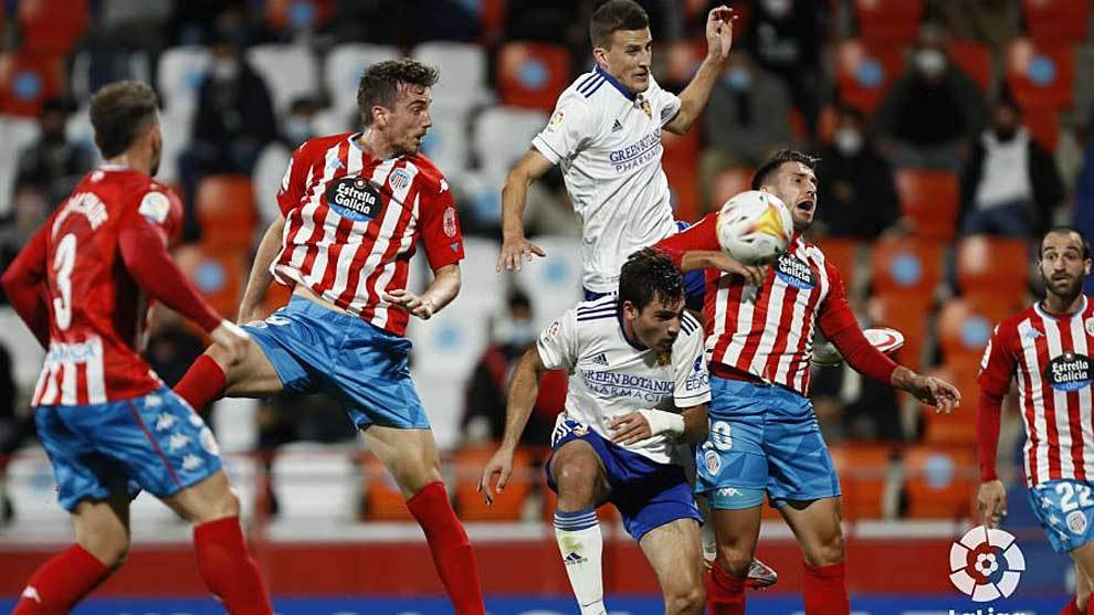 Cabezazo de Manu Barreiro en una acción del partido ante el Zaragoza