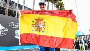 Álex Palou, con la bandera española.