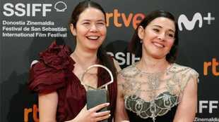 Alina Grigore (i) y Gabi Suciu posan con la Concha de Oro a la Mejor...