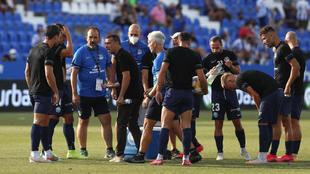 El técnico balear da instrucciones antes de comenzar el partido ante...