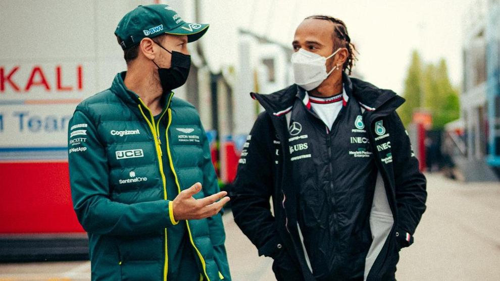Vettel conversa con Hamilton.