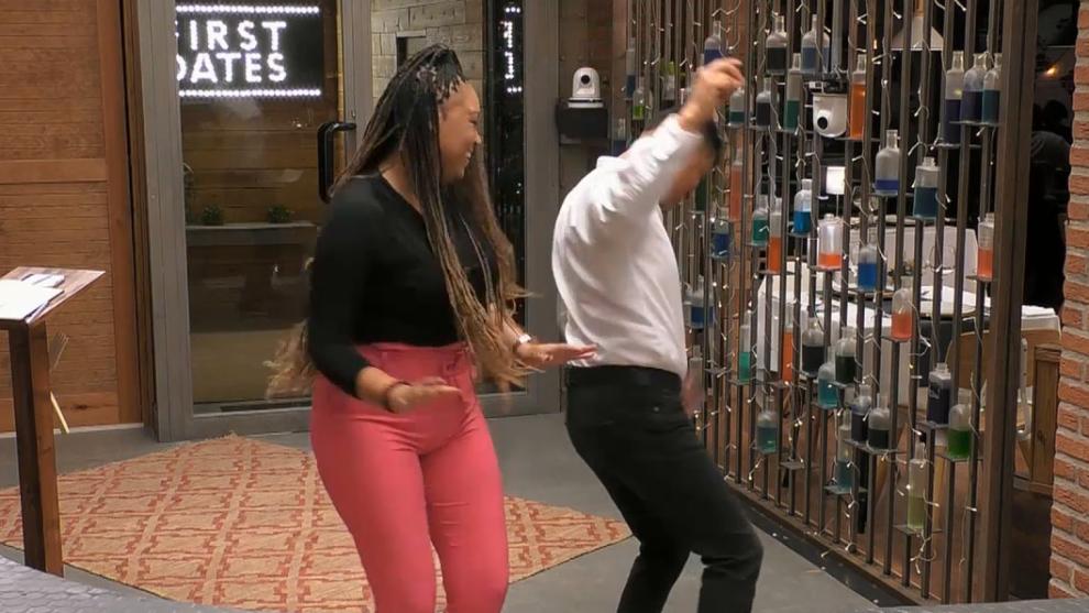 Eric y Mari bailan en su primera cita.