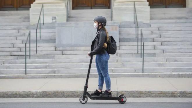 Una joven circula con un patinete eléctrico.