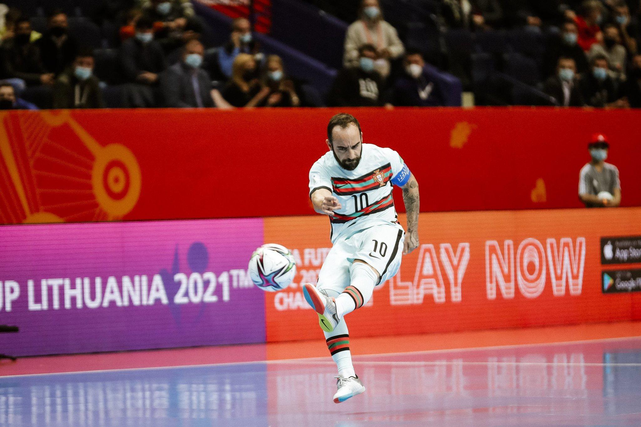 Ricardinho dispara durante el partido contra España