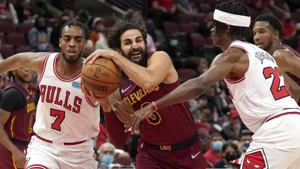 Ricky Rubio intenta penetrar ante la defensa de los Bulls