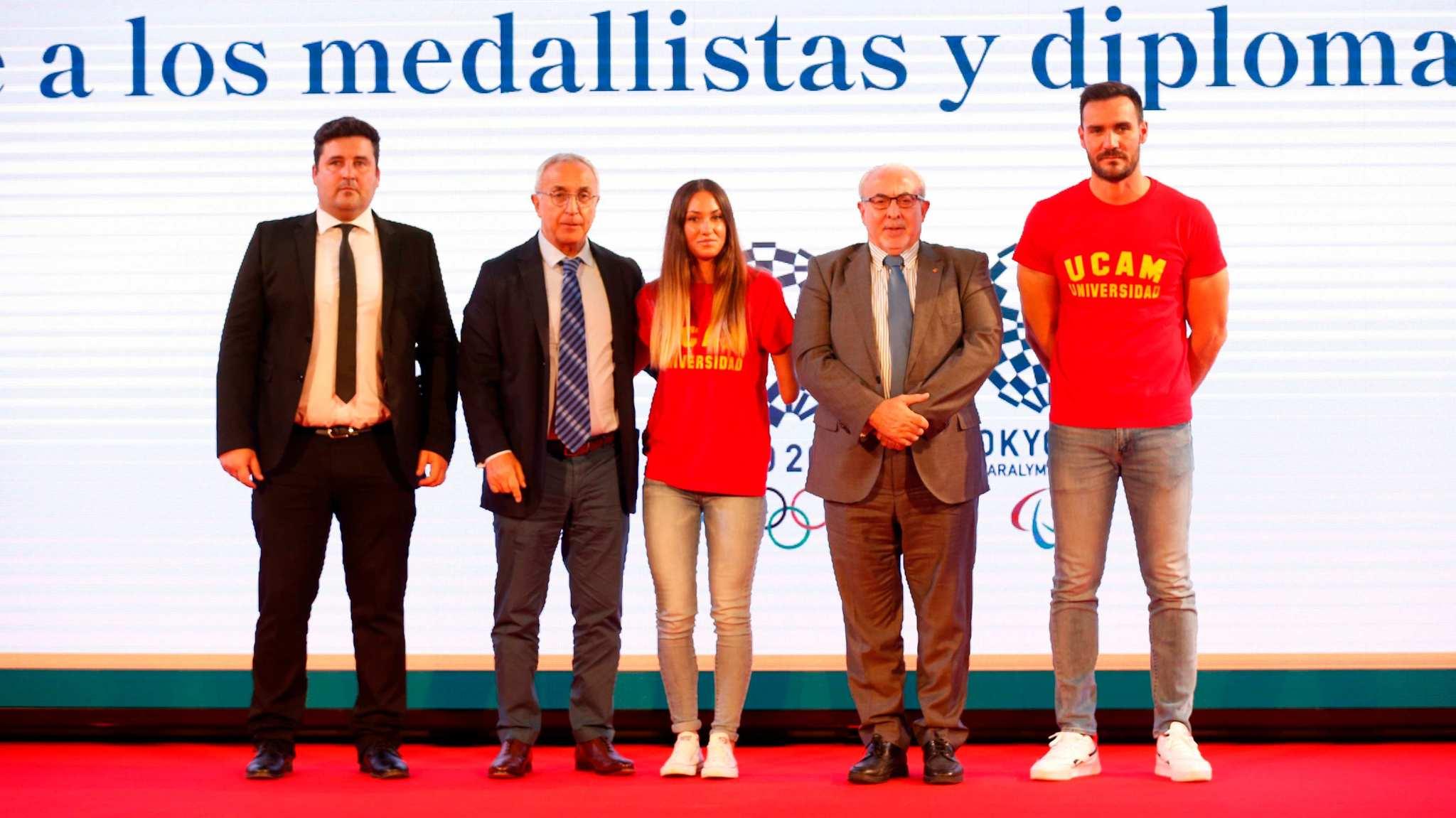 Sarai Gasco y Saul Craviotto con los presidentes de la UCAM y del COE, y David CAl
