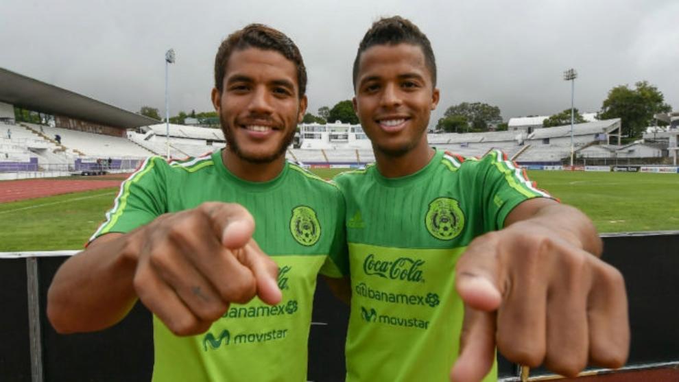 Los hermanos Dos Santos en una concentración con la selección mexicana.