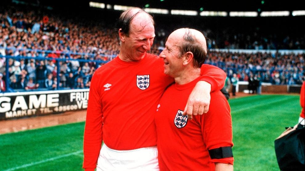 Los hermanos Charlton con la selección inglesa.