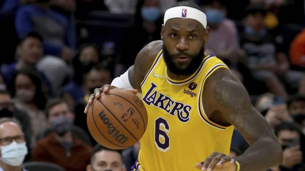 LeBron James bota el balón en su primer partido de pretemporada