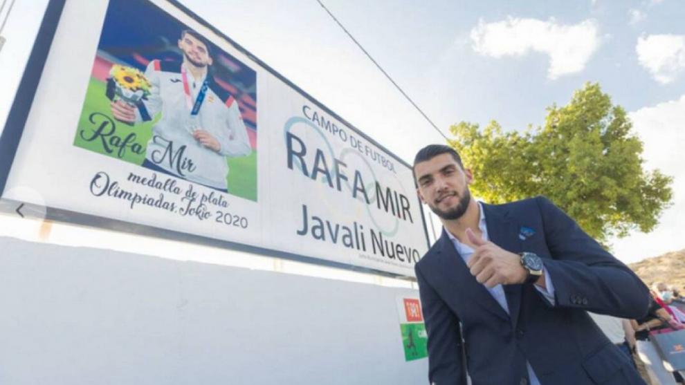 Rafa Mir ya tiene su campo de fútbol thumbnail