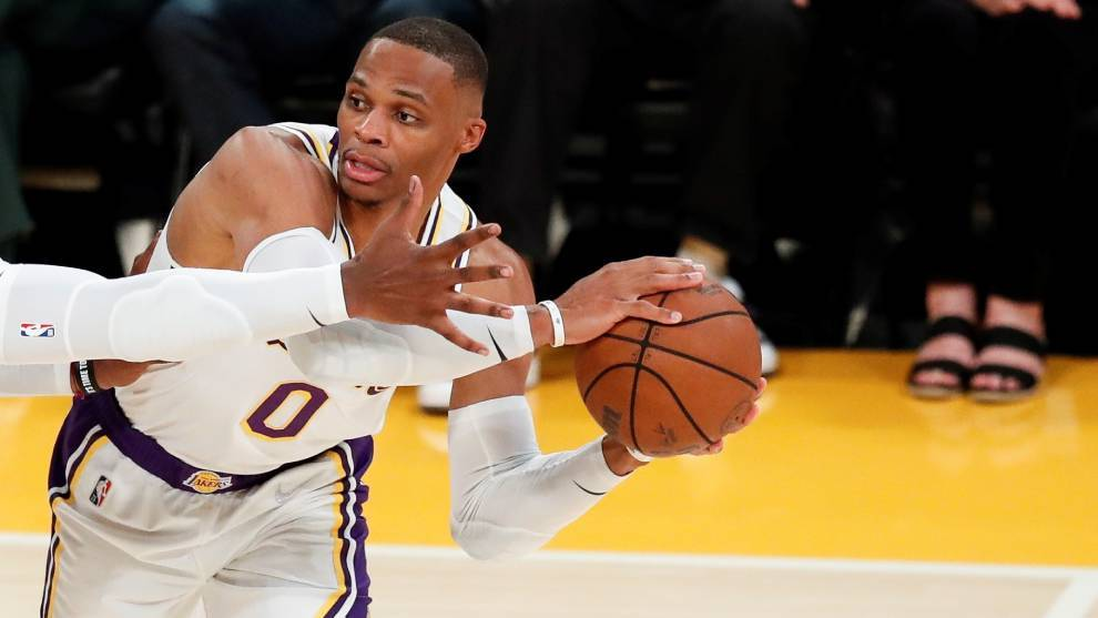 Russell Westbrook busca a un compañero ante los Suns
