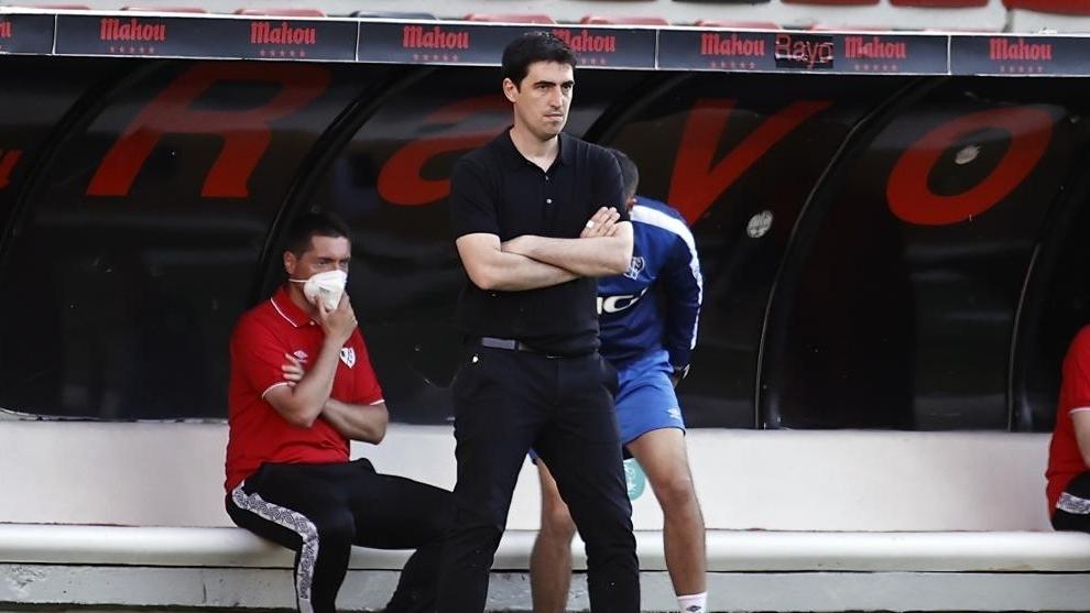 Iraola como entrenador del Rayo Vallecano