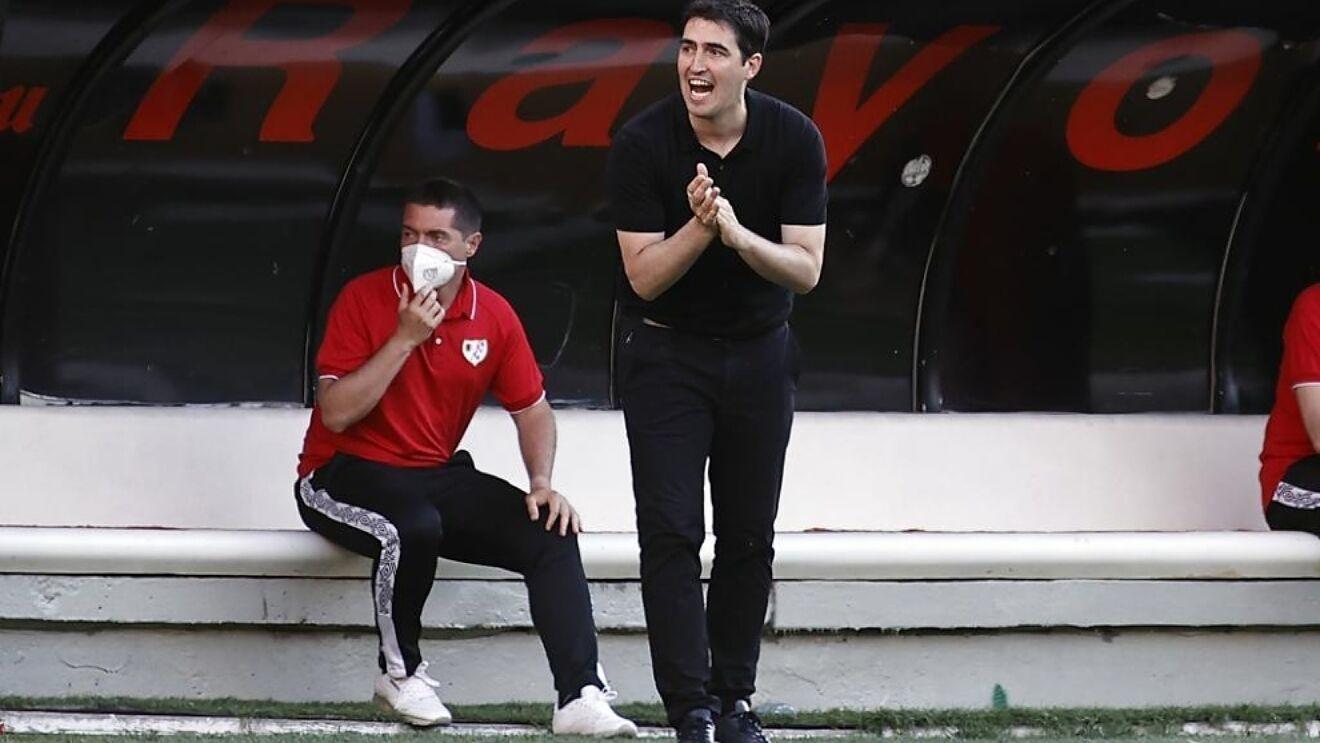 Iraola en un partido con el Rayo Vallecano
