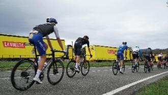 Pódium, línea de meta y de salida... ¿Sabes cómo viaja el material de La Vuelta?