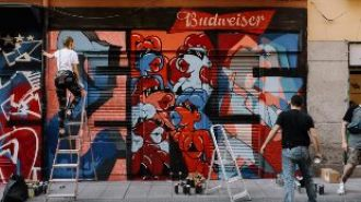 Los 'Messi' o 'Vinicius' del graffiti pintan un muro en Malasaña